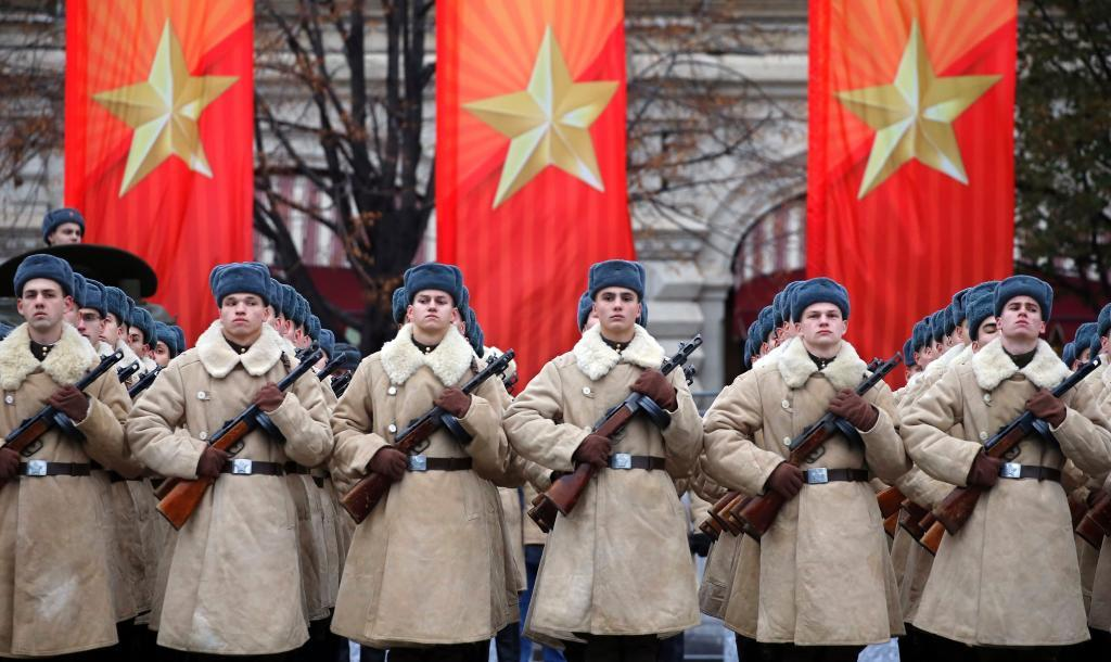 KOCH02. MOSCÚ (RUSIA), 07/11/2017.- Soldados participan en las celebraciones del centenario de la Revolución de Octubre en la Plaza Roja en Moscú (Rusia) hoy, 7 de noviembre de 2017. EFE/ Yuri Kochetkov