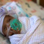 Novo recorde: bebê nascido com 245 gramas recebe alta com 2,2 kg