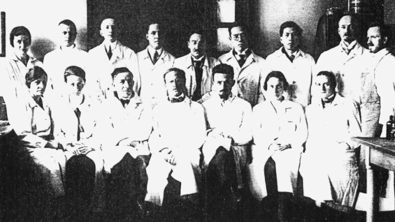 Foto: reprodução. Na foto, equipe do Dr. Julius, médico membro do partido nazista, protagonista de experiências eugênicas durante o nazismo, exemplo de cruel destino de sociedades disfuncionais.